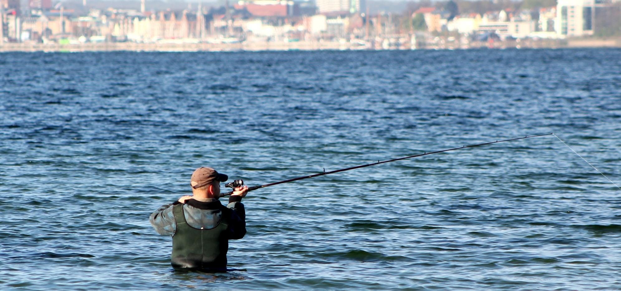 Fisketur Lars i waders - Aarhus set fra vandet